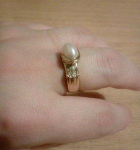 Кольцо жемчуг и фианиты серебряный и золотым опыле
