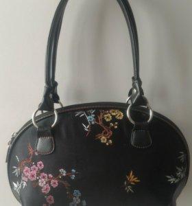 Черная сумка с вышивкой