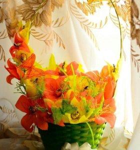 Корзинка с цветами из конфет)