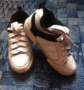 Продам кроссовки heelys с колесиками .