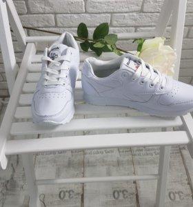 Белые кроссовки Reebok женские