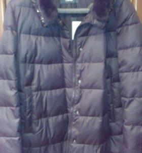 Утепленная куртка-длинная с капюшоном.