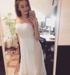 Платье со шлейфом, в отличном состоянии,размер s-m