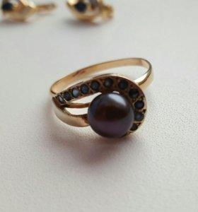 Кольцо золотое с жемчугом и сапфирами