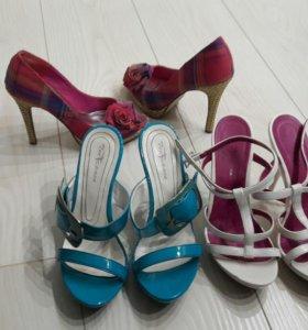 Продам три пары обуви.