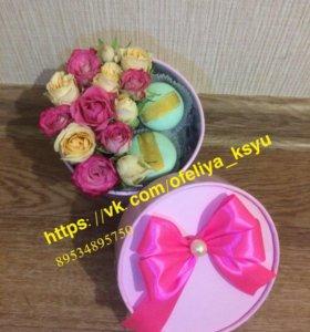 Коробка с цветами Розы и сладостями на праздник