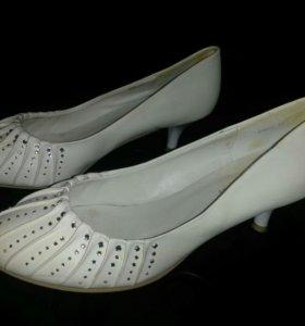 Белые туфли со стразами 37 р-ра