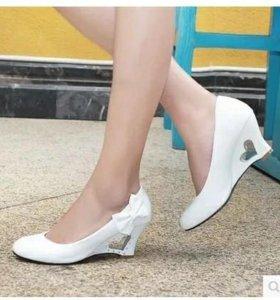 Белые туфли на танкетке.