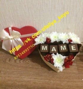 Цветы подарок на праздник в коробочке с шоколадом