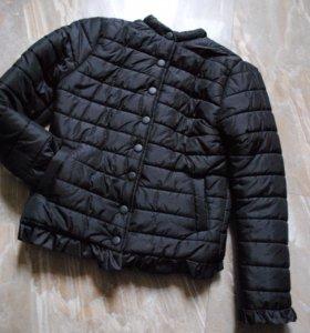 демисезонная чёрная стёганная куртка с рюшами