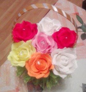 Корзина с розами с конфетами внутри