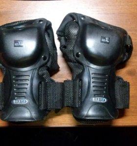 Комплект защиты для катания на роликах скейтборде.