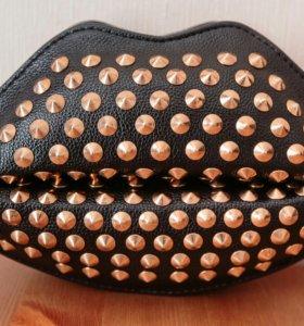 Женская сумка через плечо с заклепками в форме губ