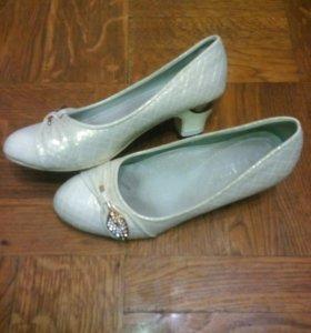 Продаю туфли для девочки.