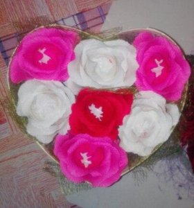 Коробочка с розами с конфетами внутри