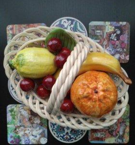 Декоративная керамическая ваза с фруктами