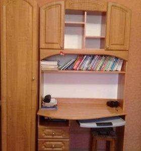 Письменный стол и шкафчик  для  одежды .