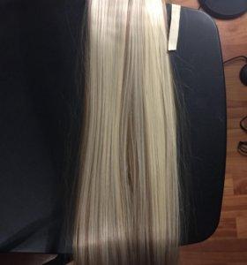 Волосы на заколке.