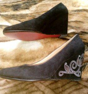 Туфли из натуральной замши,с вышивкой на каблуке