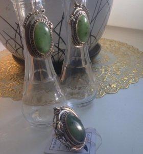 Комплект серебряных  украшений с нефритом