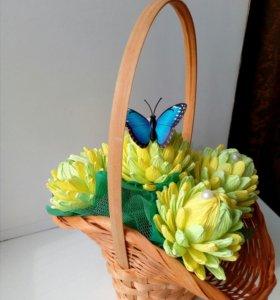Цветы с конфетами в корзинке