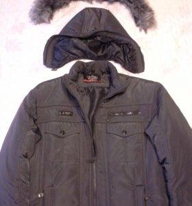 Зимняя куртка с капюшоном.