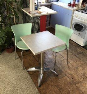 Стол и два стула в хорошем состоянии