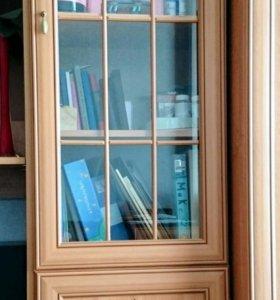 Шкаф со стеклянной дверцей