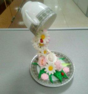 Летящая чашка с цветами
