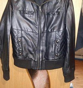 Натуральная кожанная куртка фирмы MANGO.