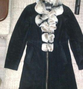 Пальто из натуральной замши с мехом шиншилы