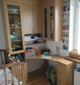 Угловой письменный стол с ящичками и шкафчиками