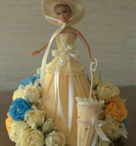 Барби оформленная гофробумагой и цветами из конфет