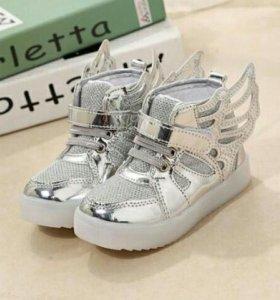 Классные новые светящиеся  кросовки