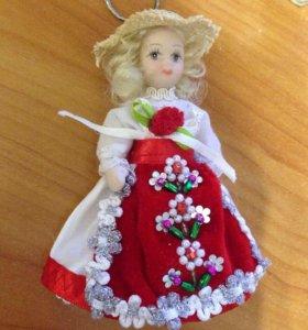 Фарфоровая кукла брелок из Румынии