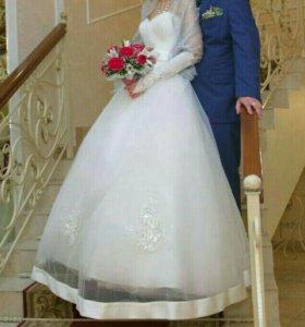 Свадебное платье с очень красивой вышивкой.