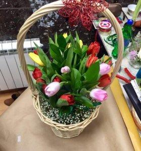 букет в корзине из тюльпанов
