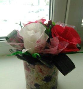 Кашпо с цветами из конфет