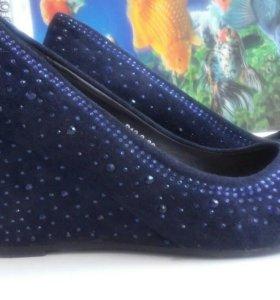 Замшевые туфли 36р. со стразами Camille