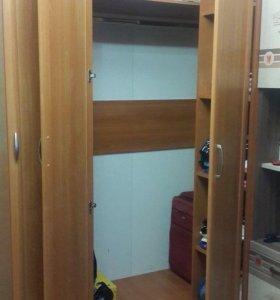 Угловой шкаф с пеналом и комодом