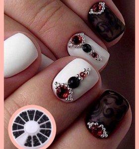 Черные стразы для дизайна ногтей.
