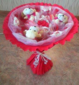 Букет из плюшевых игрушек и конфет