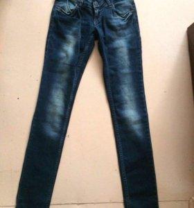 Новые джинсы на бёдрах