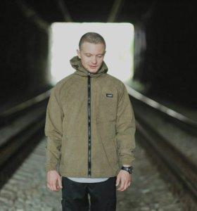 Непромокаемая куртка с капюшоном.