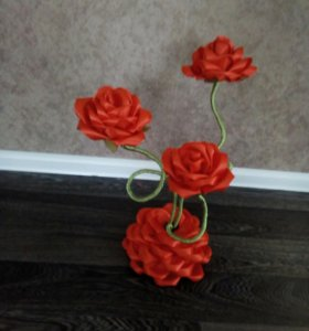 Розы на подставке.