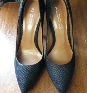 Туфли черные.