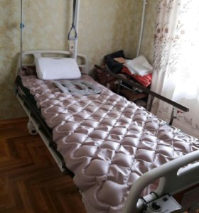 Кровать медицинская с полным комплектом по уходу.