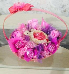Подарок - корзина с цветами и конфетами
