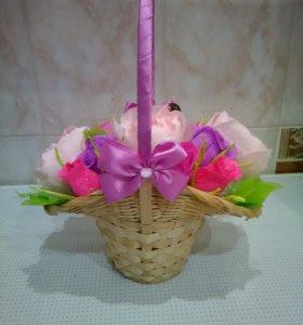 Корзина с цветами и конфетами на 8 марта