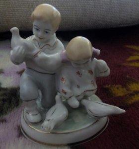 """Фарфоровая статуэтка""""Дети кормят голубей""""Барановка"""